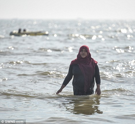 A_woman_a_burka_wades_in_the_sea_at_Camber_Sands_today-m-64_1472147180315