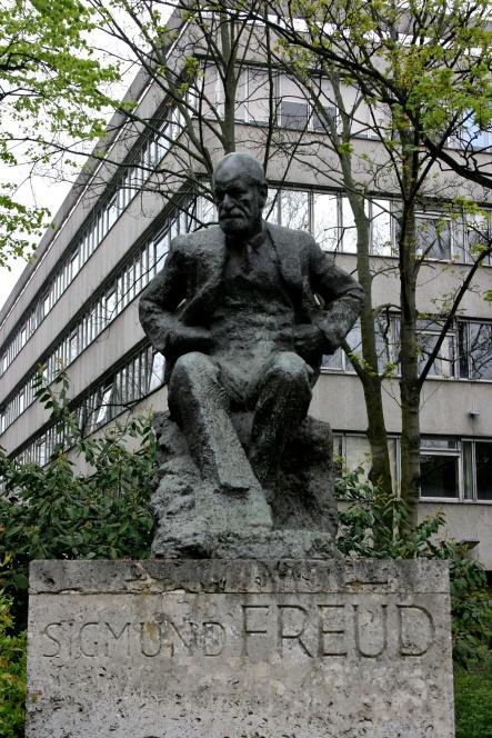 Sigmund Freud statue, Tavistock Clinic at the rear.